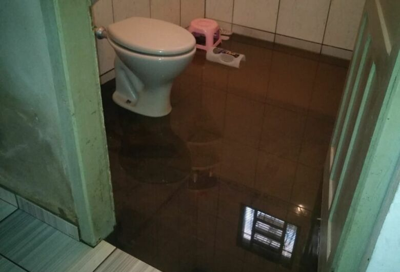 Rede de esgoto danificada causa incômodo a moradores no Aracy