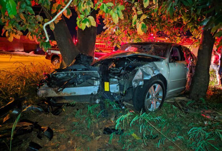 Motorista com suspeita de embriaguez bate em carro estacionado e em árvore na Vila São José