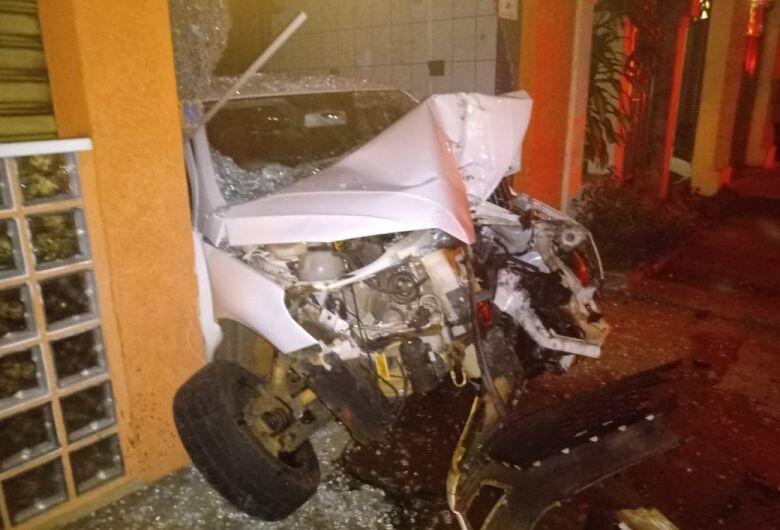 Motorista perde controle e carro colide em poste e estabelecimento comercial