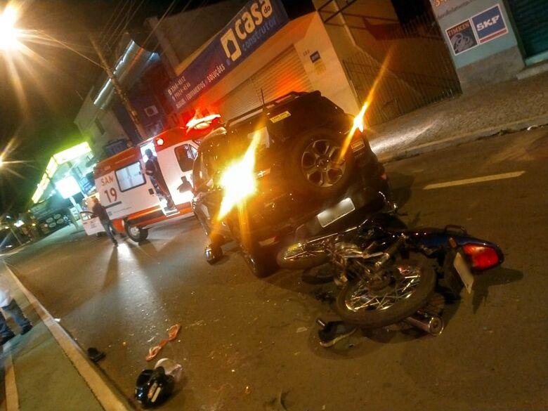 Colisão traseira deixa duas pessoas feridas na avenida São Carlos - Crédito: colaborador