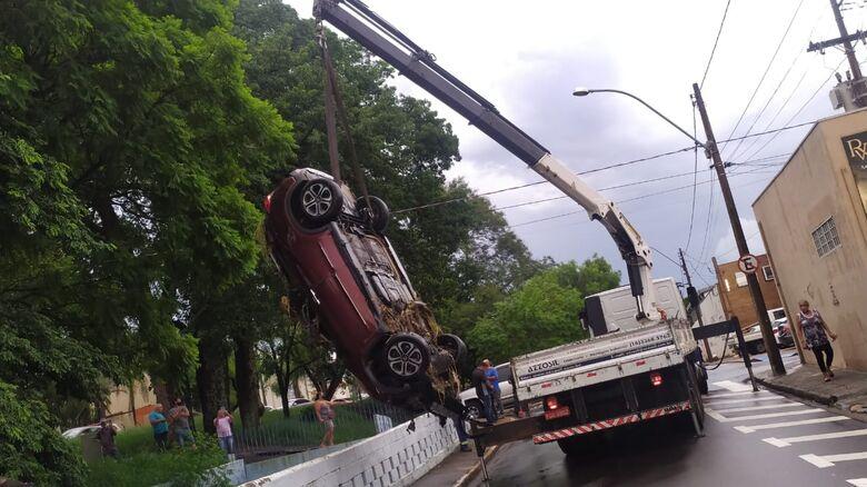 Carro foi retirado com a ajuda de um caminhão munck - Crédito: Maycon Maximino