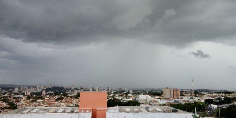 Leitor registrou chuva sobre o centro de São Carlos - Crédito: Whatsapp SCA - 99963-6036