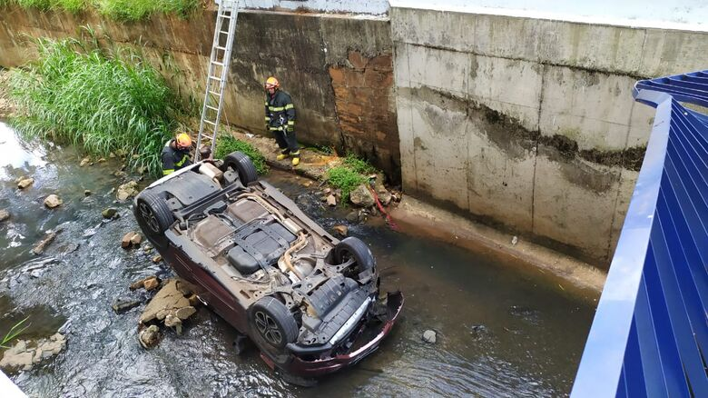 Carro foi parar dentro do córrego do Gregório - Crédito: Maycon Maximino