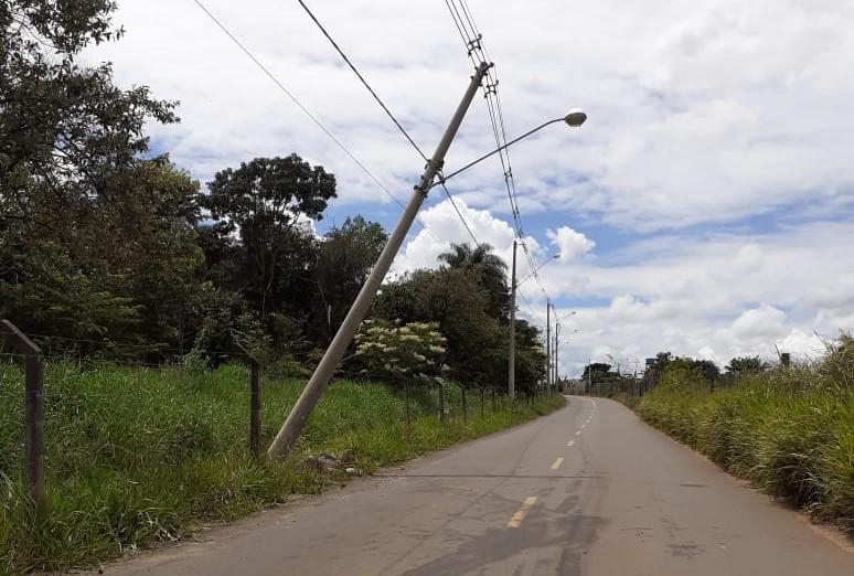 Poste com risco de queda iminente assusta motoristas em estrada que dá acesso ao Aracê de Santo Antonio - Crédito: Divulgação