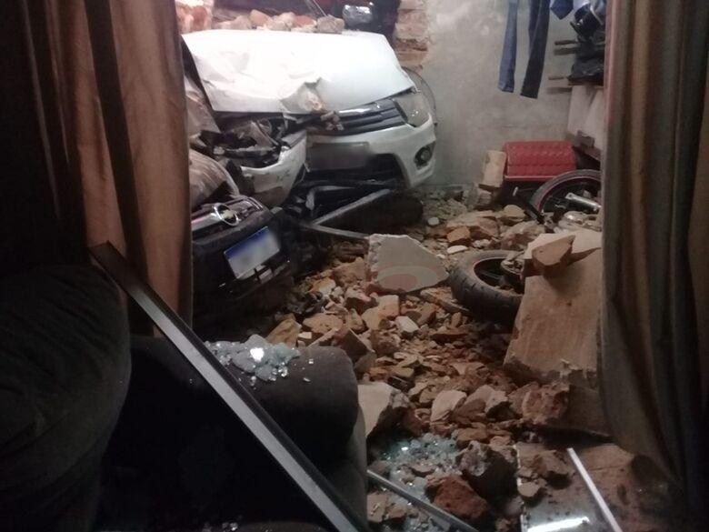Motorista com sinais de embriaguez invade residência com o carro no Jardim Beatriz - Crédito: Colaborador SCA