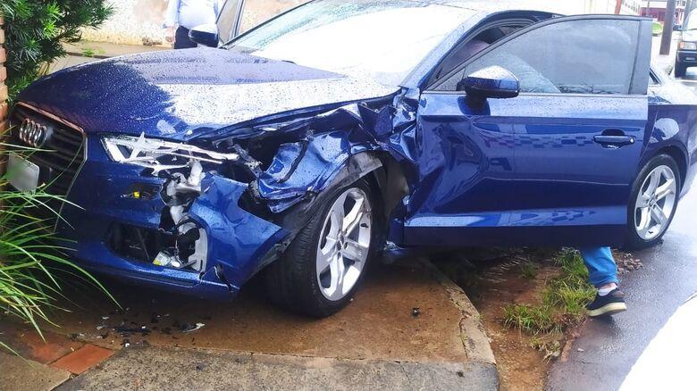 Audi foi atingido em cruzamento no Centro - Crédito: Maycon Maximino