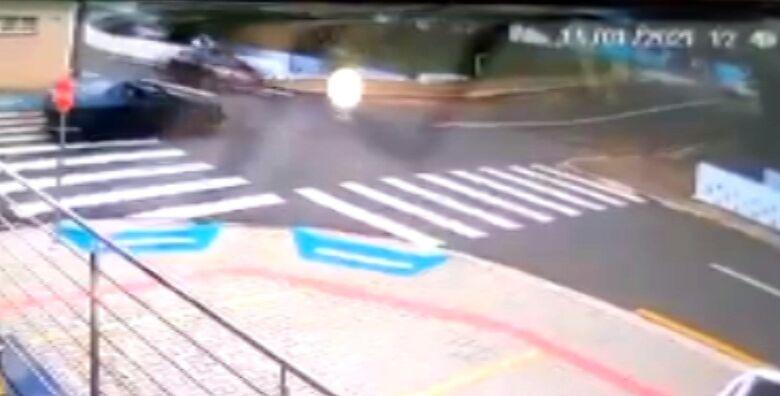 Câmera de segurança registrou o acidente na última segunda-feira - Crédito: reprodução