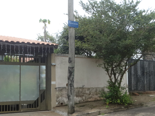 Na rua Paulo de Carvalho, no Itamaraty, todos os postes são de madeira. Alguns, inclusive, tem a fiação em contato com galhos de árvores - Crédito: Marcos Escrivani