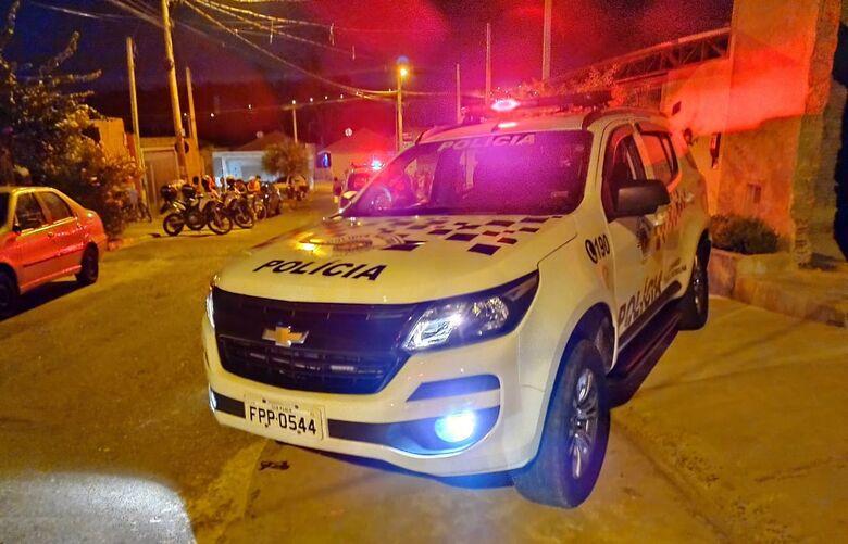 Viaturas da PM no local onde aconteceu o homicídio. - Crédito: Maicon Ernesto