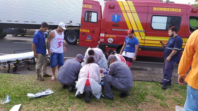 Bombeiros socorrem o motociclista - Crédito: Maycon Maximino