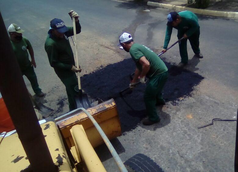 Prefeitura faz tapa-buraco na Ponte do Jardim América e em várias ruas de Ibaté. Bairro Domingos Valério será o próximo a receber o serviço - Crédito: divulgação