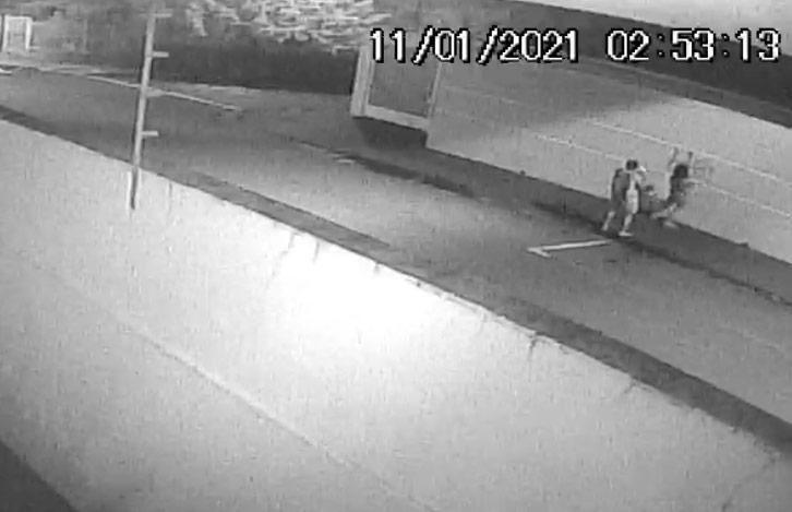 Casal foi flagrado pichando muro - Crédito: reprodução