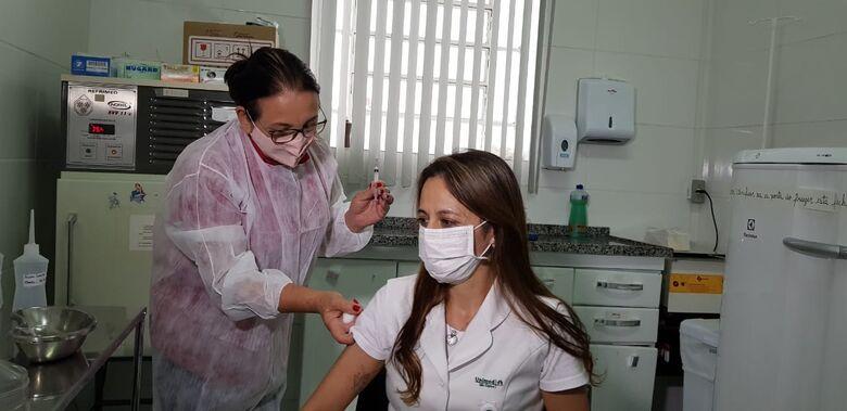 Profissional de saúde recebe dose da Coronavac - Crédito: divulgação
