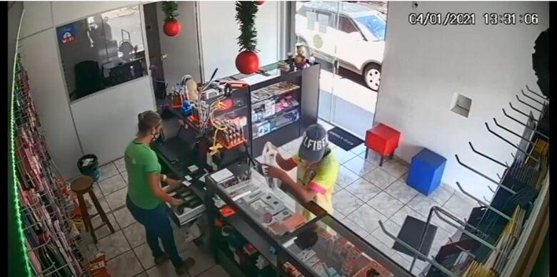 Câmera de segurança registra assalto em loja de celulares em Ibaté - Crédito: reprodução