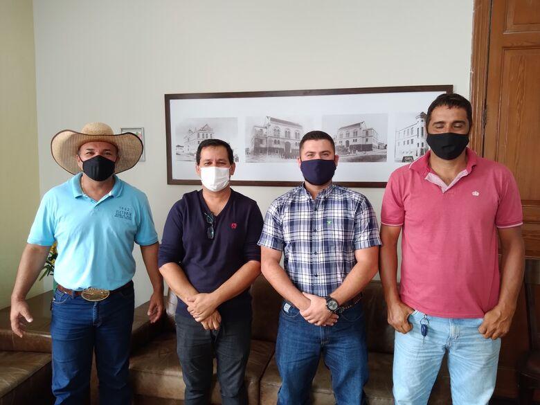 Vereador Bira, presidente Roselei e visitantes na Sala da Presidência da Câmara Municipal - Crédito: Divulgação