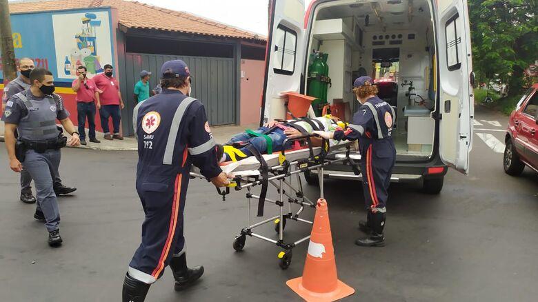 Pedestre é atropelado por moto e sofre corte profundo na cabeça - Crédito: Maycon Maximino