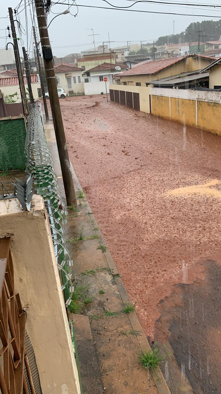 Chuva forte causa transtornos na Avenida São Carlos e Lagoa Serena - Crédito: Divulgação