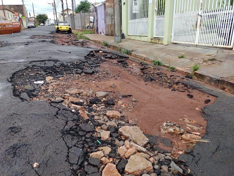 Trecho da rua Cel. Leopoldo Prado está intransitável, garantem moradores - Crédito: Maicon Ernesto