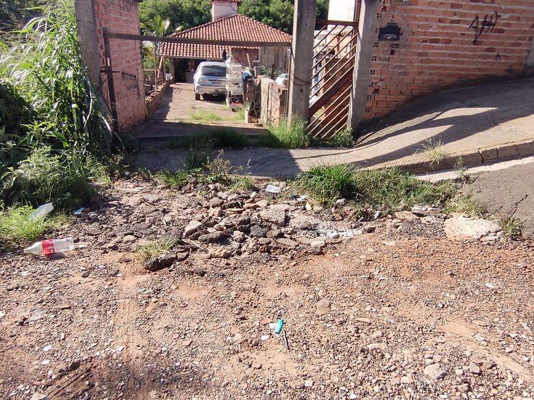 Moradores do Novo Horizonte sofrem com rua esburacada e terrenos abandonados - Crédito: Maicon Ernesto