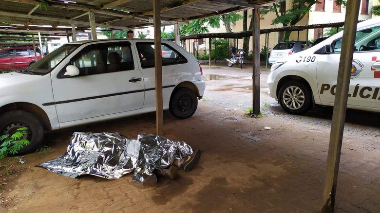 Homem é encontrado morto e encostado em um carro no CDHU - Crédito: Maycon Maximino