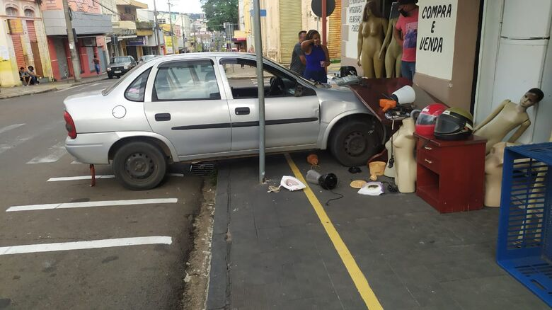 Após perder o controle, motorista do Corsa subiu na calçada e destruiu produtos de uma loja - Crédito: Maycon Maximino
