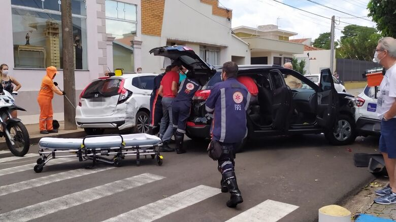 Mulher perdeu o controle após desmaiar ao volante e precisou ser retirada pelo porta malas do veículo - Crédito: Maycon Maximino