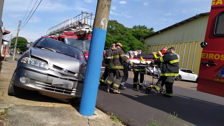 Motorista é socorrida pela UR: ferimentos considerados leves, mas estava traumatizada - Crédito: Maycon Maximino