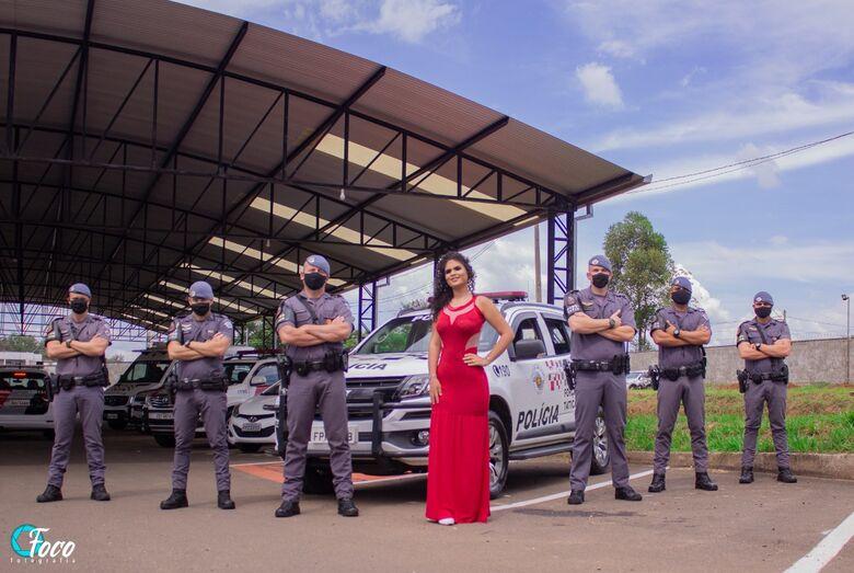 Élica posa com policiais militares: book feito na 1ª Cia e o sonho de um dia ser uma PM - Crédito: Luis Fornaziero e Nayara Samanta