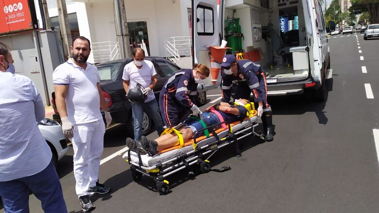 Motociclista recebe atendimento: escoriações pelo corpo e corte no queixo - Crédito: Maycon Maximino