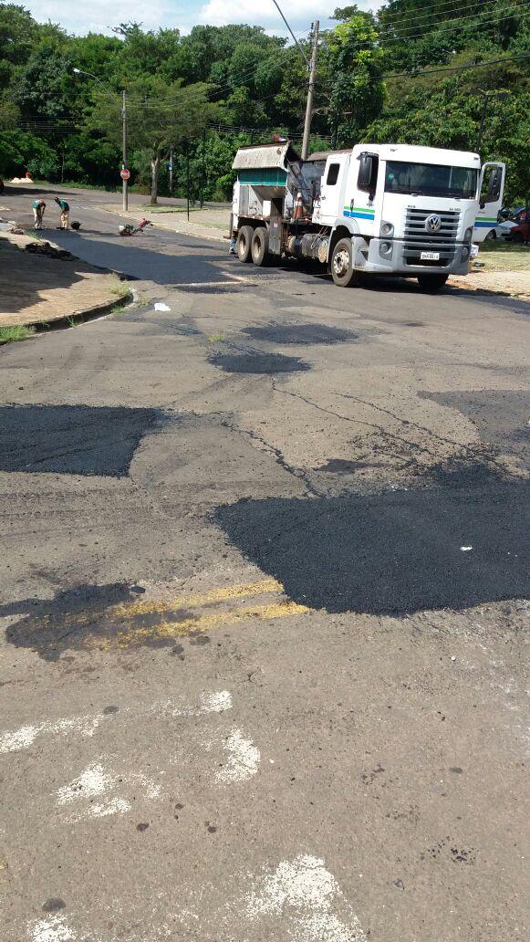 Equipes de manutenção viária realizam serviços de tapa-buracos em vários bairros - Crédito: Divulgação