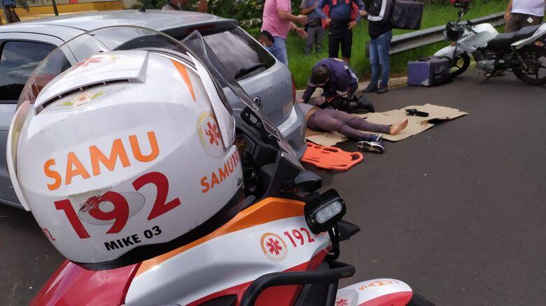 Motociclista foi ao solo e sofreu escoriações pelo corpo. Além de dores nos ombros e nas pernas - Crédito: Maycon Maximino