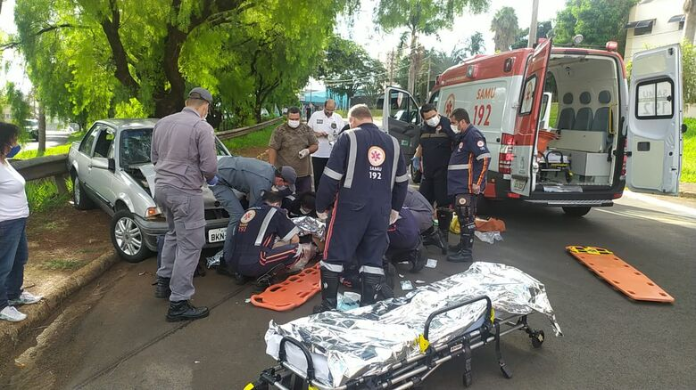 Equipes de socorro prestam atendimento à vítima - Crédito: Maycon Maximino