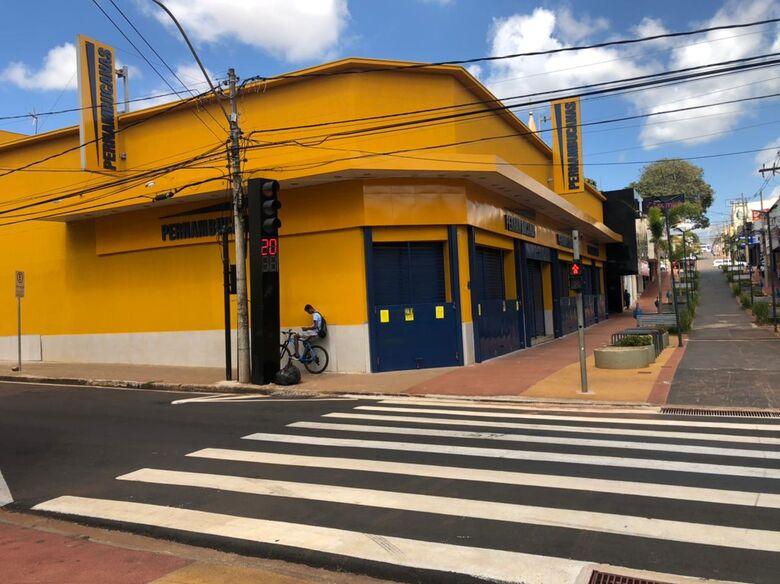 Lojas fechadas no Centro de São Carlos durante a fase vermelha - Crédito: São Carlos Agora