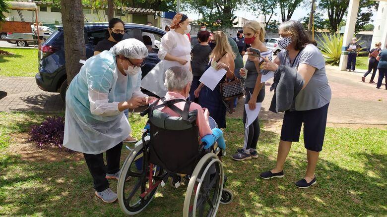 Idoso é vacinado contra a Covid-19 na UBS Vila São José - Crédito: Maycon Maximino