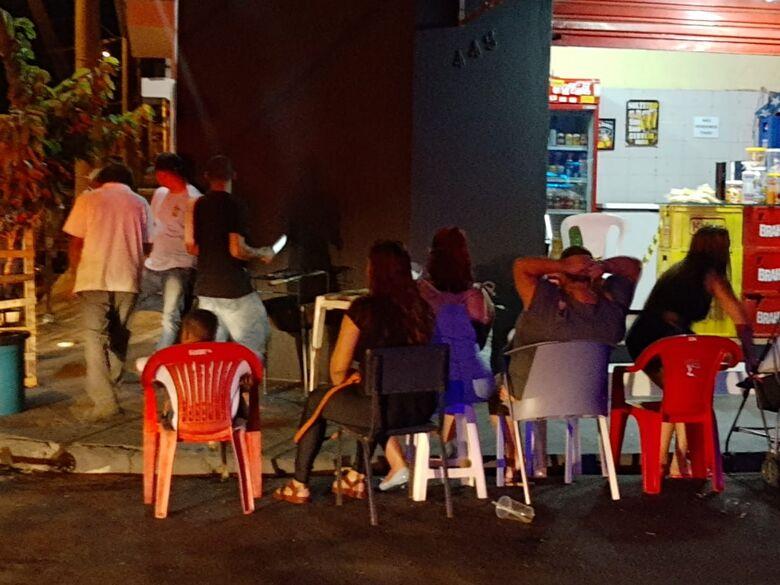 Bares são autuados pela força-tarefa nesta sexta-feira - Crédito: Prefeitura Municipal