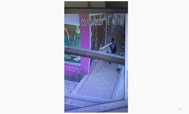 Ladrão furta escada de conjunto de lojas no Centro - Crédito: reprodução