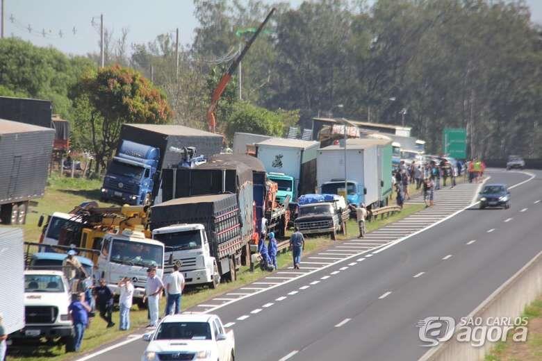Caminhoneiros parados na SP-310 em São Carlos na greve de 2018 - Crédito: arquivo SCA