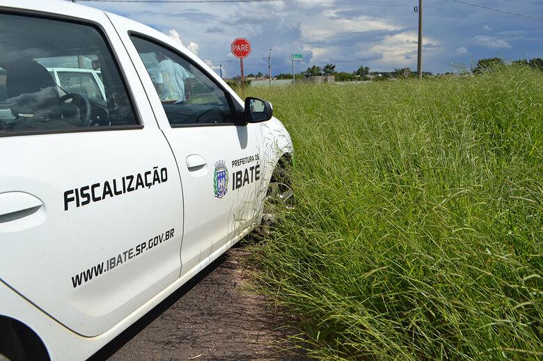 Ibaté fiscaliza terrenos com mato alto - Crédito: divulgação