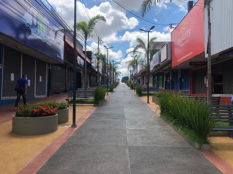 Calçadão com lojas fechadas durante a fase vermelha - Crédito: SCA