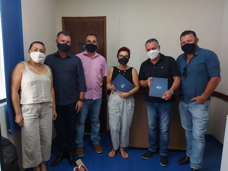 Momento em que a parceria era firmada entre Unicep e Prefeitura de Itirapina - Crédito: Divulgação