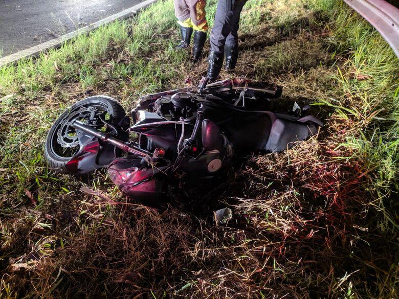 "Motociclista ""voa"" sobre guardrail, caindo de uma altura de 7 metros - Crédito: Maycon Maximino"