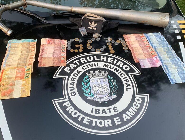 GM apreende drogas e dinheiro em praça de Ibaté - Crédito: Divulgação