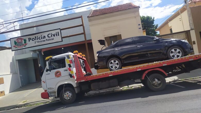 O Corolla, todo danificado, foi abandonado no assentamento sem-terra, às margens da rodovia Domingos Inocentinni - Crédito: Maycon Maximino