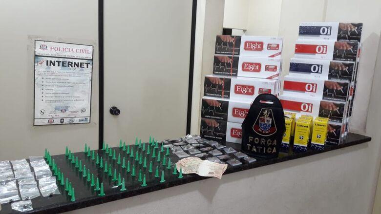 Entorpecentes e pacotes de cigarros foram encontrados em poder do suspeito - Crédito: Divulgação