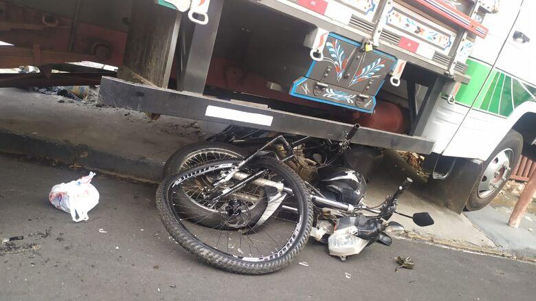Moto e bicicleta embaixo do caminhão que colidiu contra o muro de uma casa: um homem sofreu ferimentos graves - Crédito: Maycon Maximino