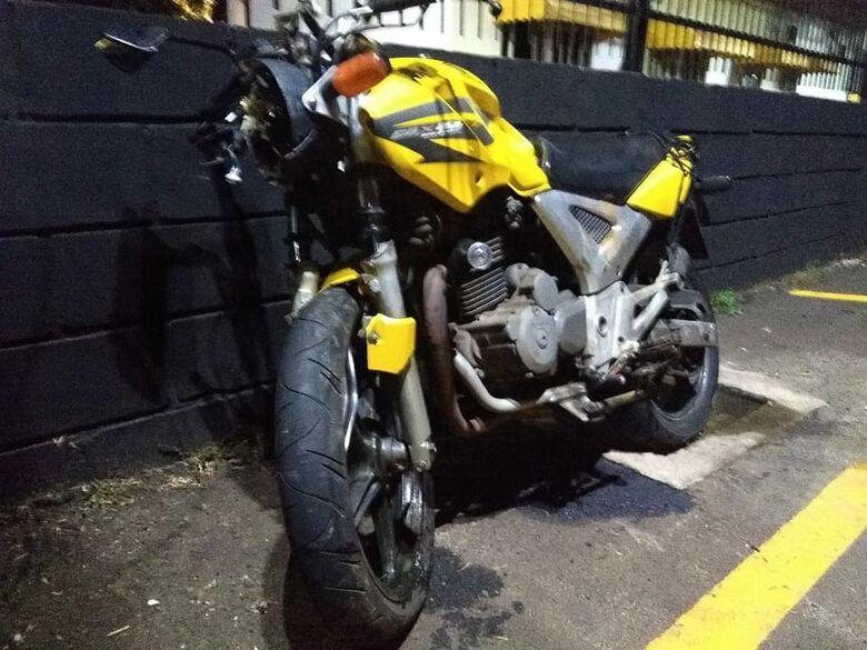 Após colisão, moto ficou destruída. Vítima morreu no local - Crédito: Colaborador/SCA