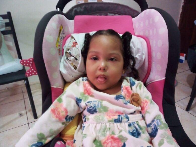 A pequena Ana Júlia espera pela solidariedade do povo de São Carlos: ela precisa de uma cadeira de rodas adaptada - Crédito: Divulgação