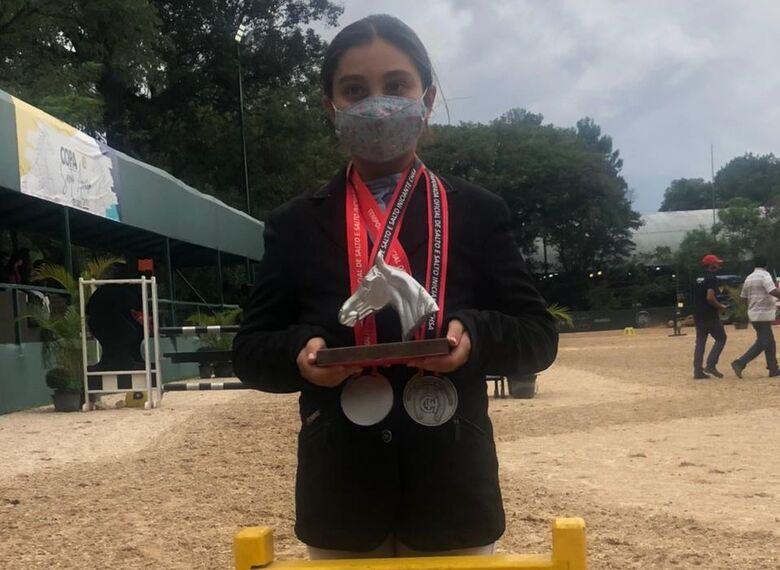 Luiza com o troféu de vice-campeã em competição realizada pela Hípica Santo Amaro - Crédito: Divulgação