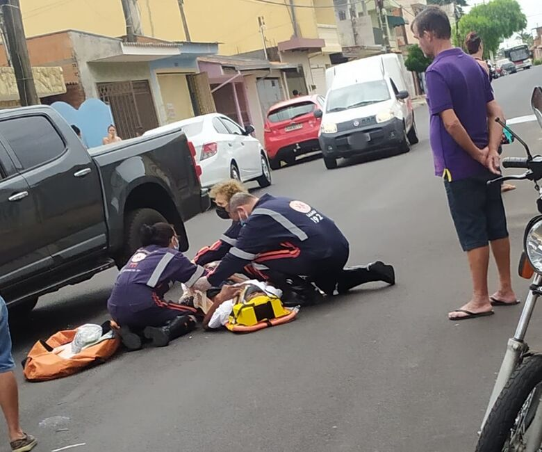 Motociclista sofreu fratura na perna esquerda - Crédito: Maycon Maximino