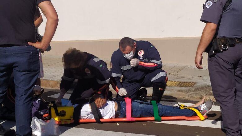 Com suspeita de fratura na costela, motociclista foi encaminhado à Santa Casa - Crédito: Maycon Maximino